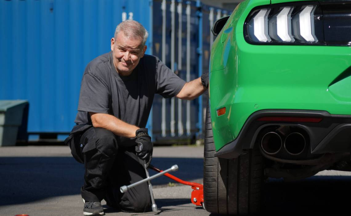 MX - article 1140x700 - bjorn changing tires.jpg
